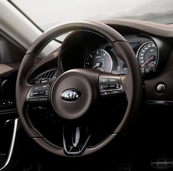 Kia Stinger GT Interior (3)_EU Speccropsm