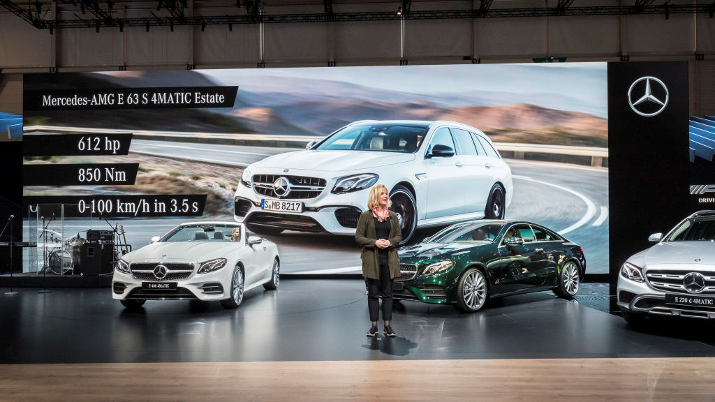 Mercedes-Benz auf dem Internationalen Automobil-Salon Genf 2017: Britta Seeger, Vorstandsmitglied der Daimler AG, verantwortlich für Mercedes-Benz Cars Vertrieb, und das neue AMG E 63 AMG T-Modell. ;Kraftstoffverbrauch kombiniert: 9,1 l/100 km; CO2-Emissionen kombiniert: 206 g/km Mercedes-Benz at the 2017 Geneva International Motor Show: Britta Seeger, Member of the Board of Management of Daimler AG, responsible for Mercedes-Benz Cars Marketing & Sales, and the new AMG E 63 Estate + ; Fuel consumption combined: 9.1 l/100 km; CO2 emissions combined: 206 g/km
