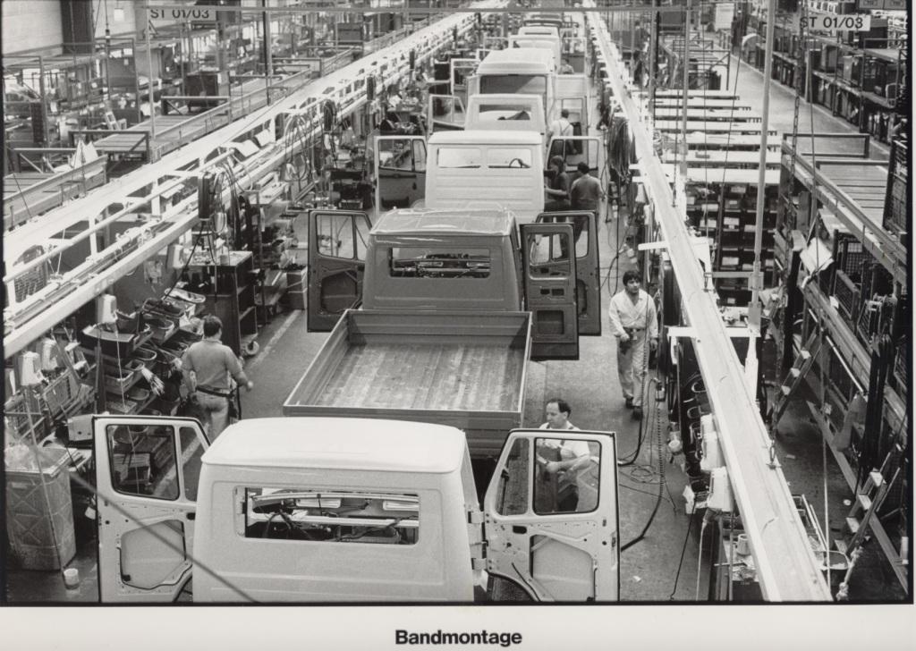 Das Mercedes-Benz Werk Düsseldorf ist das größte Transporterwerk der Daimler AG. Rund 6.600 Mitarbeiter produzieren dort heute den Mercedes-Benz Sprinter. Historisches Foto der Montage des Transporters T1 aus den 1980er-Jahren. The Mercedes-Benz plant in Düsseldorf is the largest van plant of Daimler AG. Around 6,600 employees produce the Mercedes-Benz Sprinter at the plant. Historical photo of T1 van assembly in the 1980s.