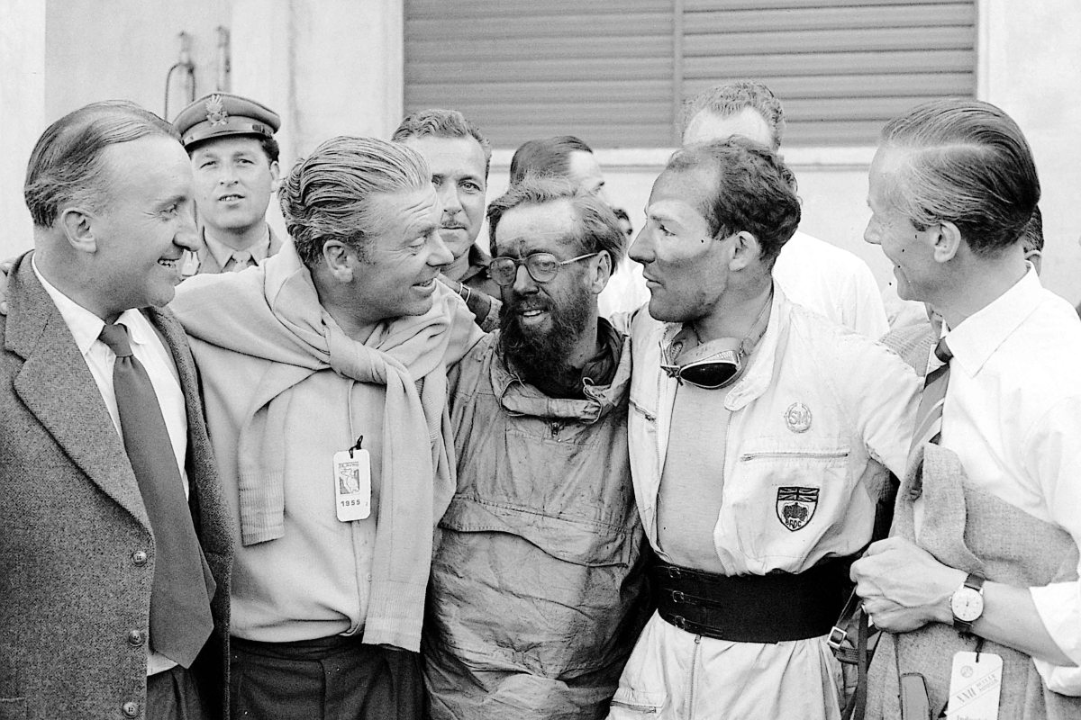 Mille Miglia 1955: Mercedes-Benz Oberingenieur Ludwig Kraus (ganz links) mit Rudolf Uhlenhaut, Denis Jenkinson, Stirling Moss und Dr. Hans Scherenberg (von links). 1955 Mille Miglia: Mercedes-Benz senior engineer Ludwig Kraus (far left) with Rudolf Uhlenhaut, Denis Jenkinson, Stirling Moss and Dr. Hans Scherenberg (left to right).