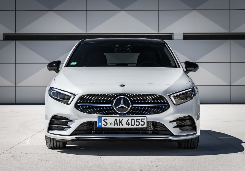 Mercedes-Benz A180 d AMG Line, digitalweiß / Leder zweifarbig classicrot/schwarz;Kraftstoffverbrauch kombiniert: 4,5-4,1 l/100 kmCO2-Emissionen kombiniert: 118-108 g/km* Mercedes-Benz A180 d AMG Line, digital white / Leather two-tone classic red/black;Fuel consumption combined: 4,5-4,1 l/100 kmcombined CO2 emissions: 118-108 g/km*