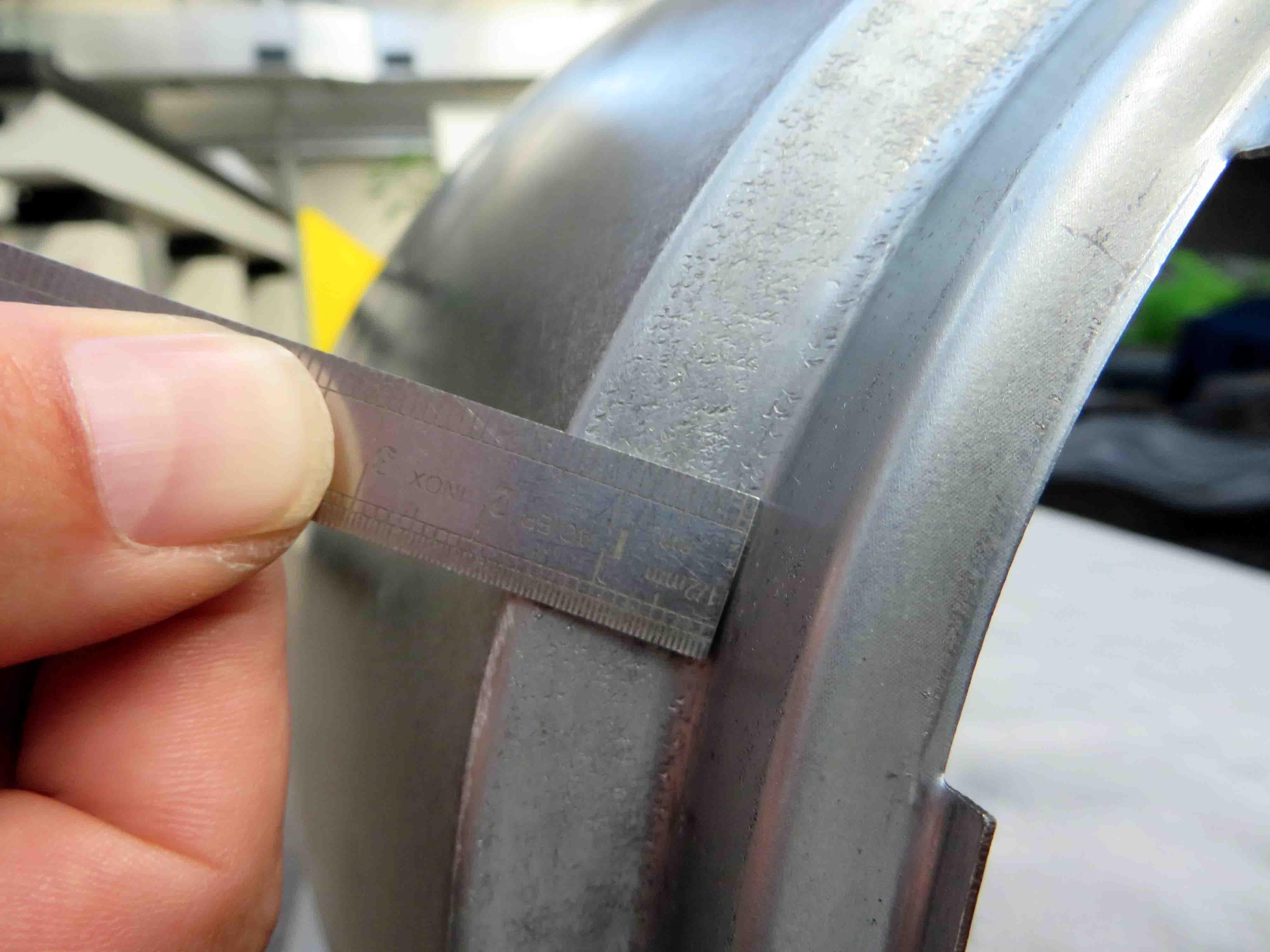 """Mercedes-Benz Original-Ersatzteile für den 300 SL """"Gullwing"""" (W 198, 1954 bis 1957). Nachfertigung von Karosserie-Blechteilen gemäß den hohen Werksstandards der Daimler AG. Das Foto zeigt die Maßprüfung an der Öffnung für den Scheinwerfer. Mercedes-Benz genuine replacement parts for the 300 SL """"Gullwing"""" (W 198, 1954 to 1957). Reproduction of metal body parts in accordance with the high factory standards of Daimler AG. The photo shows the dimensional inspection at the aperture for the headlamp."""